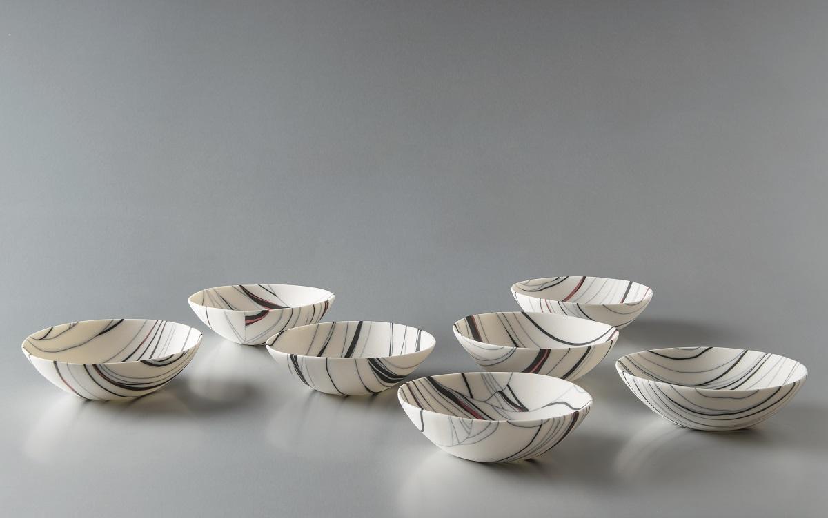 Angela Burkhardt-Guallini, Sieben Schalen, 2017, Seto-Porzellan, Neriage-Technik, je 5 x 15 x 15 cm