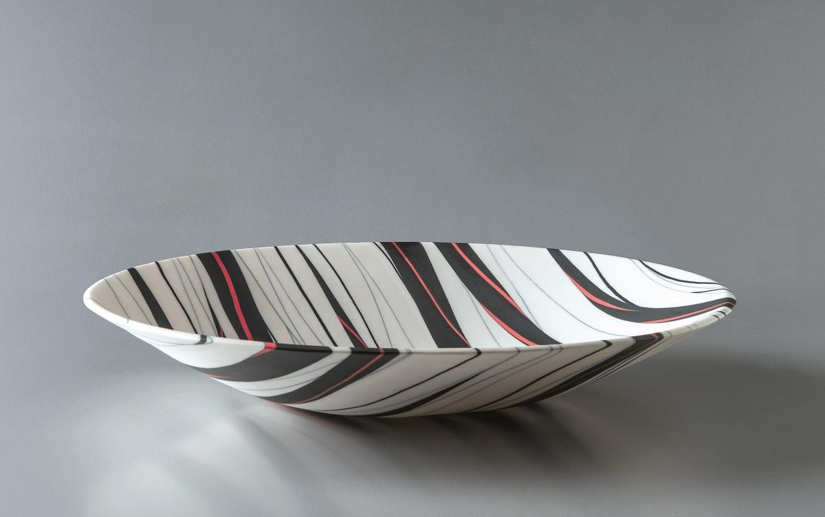 Angela Burkhardt-Guallini, Schale, 2017, Seto-Porzellan, Neriage-Technik, 6 x 33 x 33 cm
